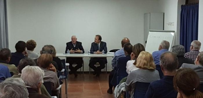 Jaime Navarro mantiene una conferencia coloquio con afectados por estafas bancarias en Alzira